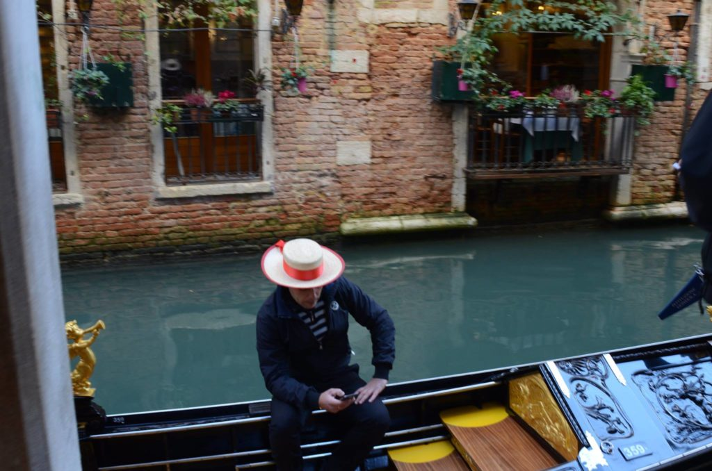 gondolier-and-smartphone